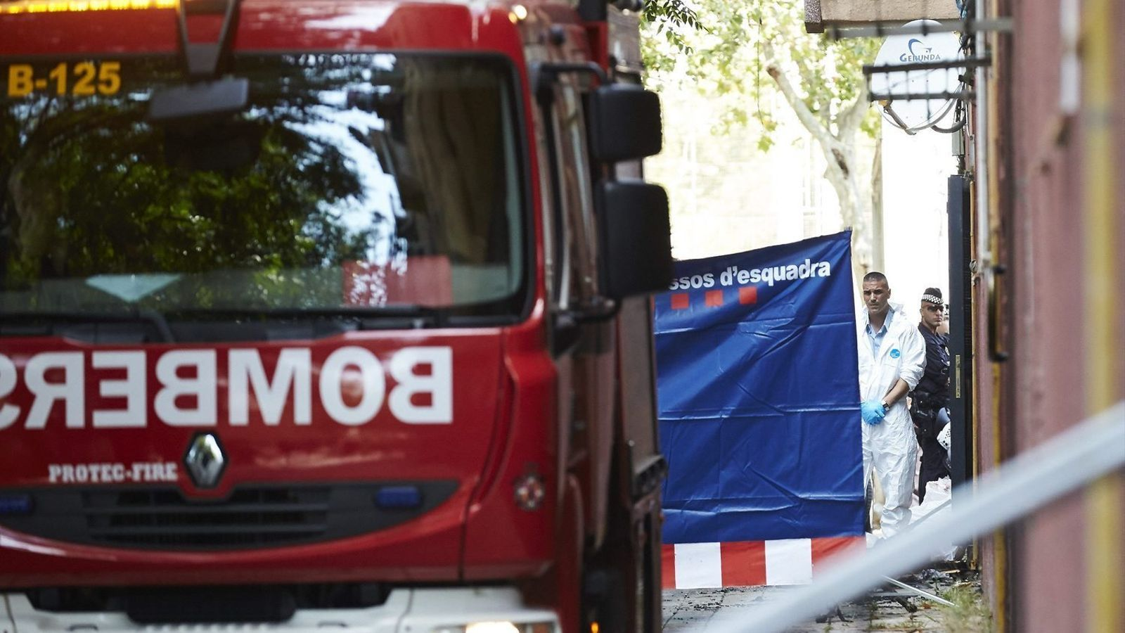 Un camió dels Bombers de Barcelona davant dels baixos incendiats ahir al carrer de Rodes de Barcelona.