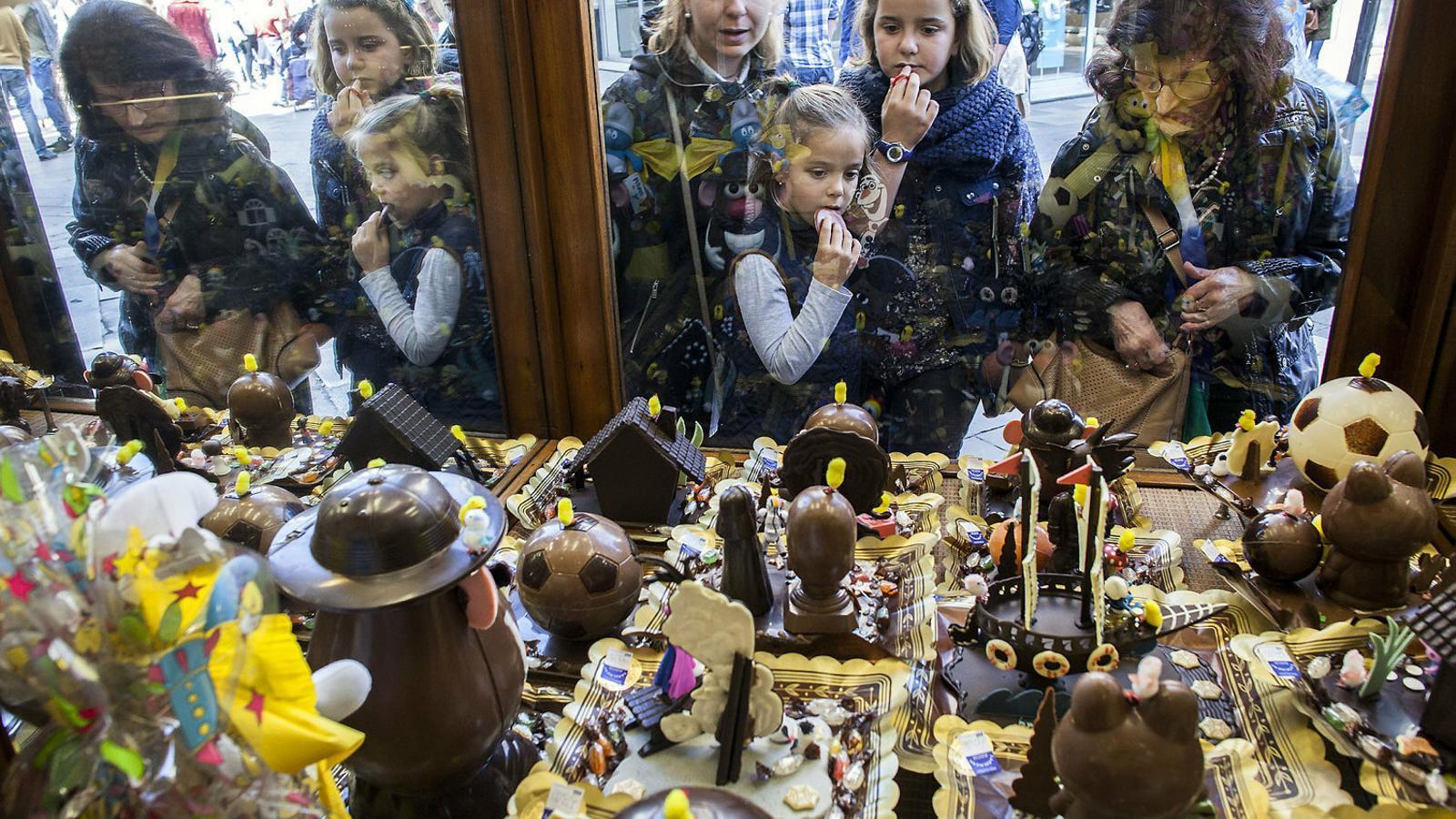 És habitual per Pasqua  mirar  Aparadors per veure mones. A la imatge, la pastisseria  Colmena, a Barcelona.