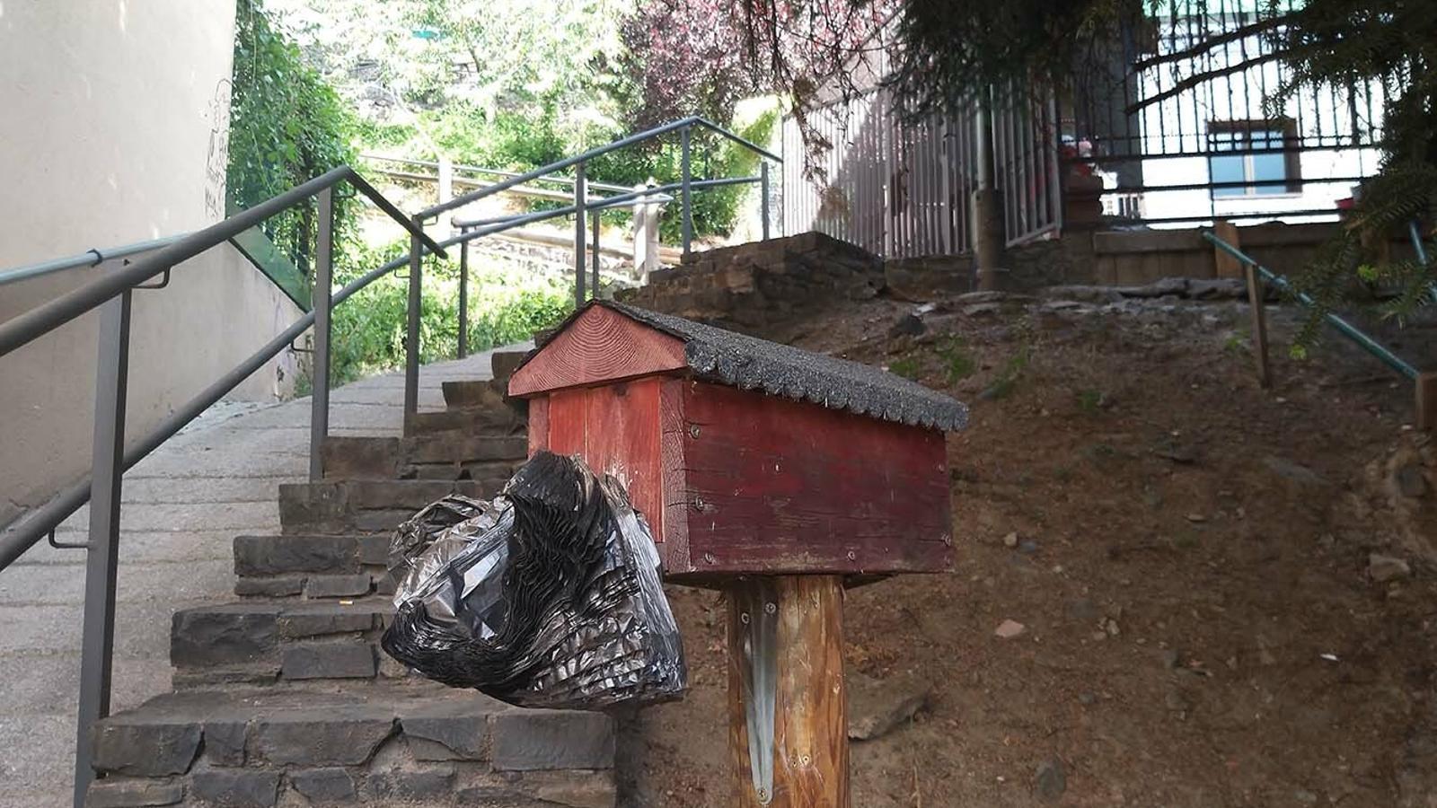 Un expenedor de bosses per a la recollida d'excrements. / M. F. (ANA)