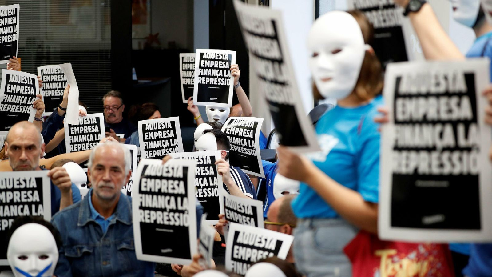 Acció de protesta del Tsunami Democràtic en una sucursal bancària.