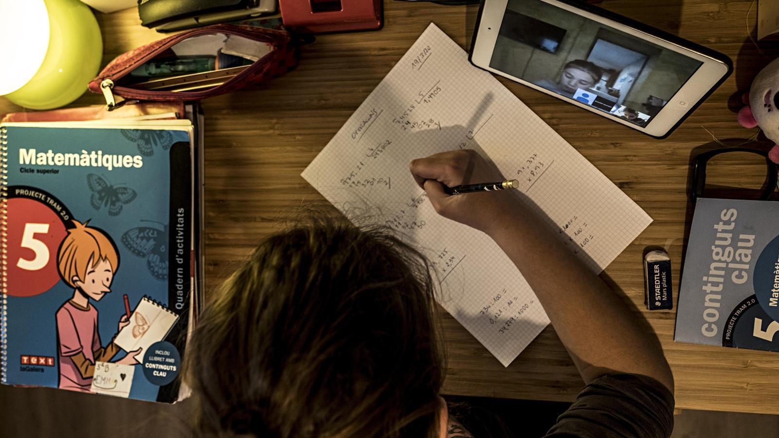Educació preveu que el curs que ve sigui mig presencial i mig telemàtic