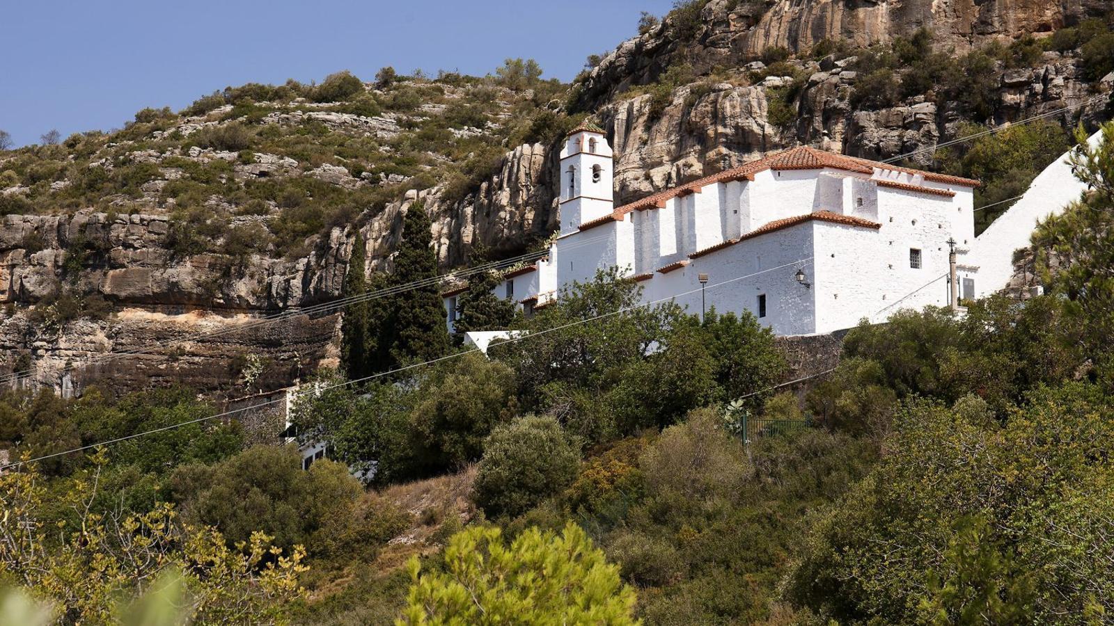 L'ermita de la Pietat d'Ulldecona és lloc de peregrinacions i té un important conjunt d'art rupestre.