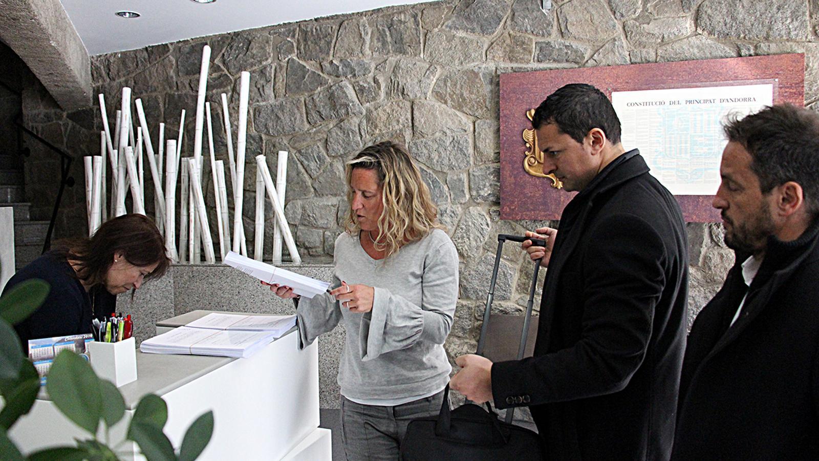 Eva López, Jordi Gallardo i Pere López en el moment d'entregar el recurs davant del TC. / M. M.