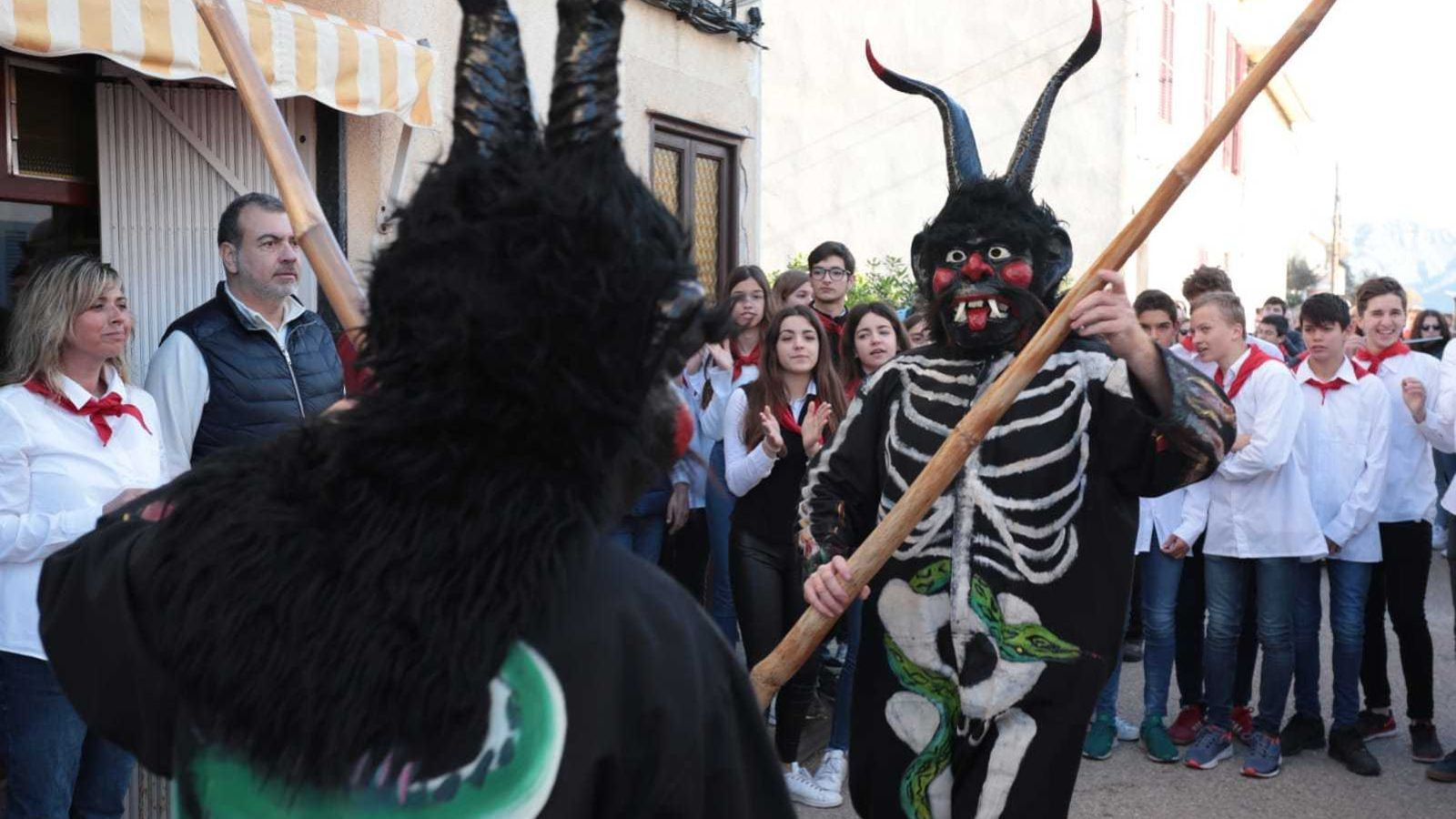 Els dimonis ballen a la Colònia de Sant Pere. / ISMAEL VELÁZQUEZ