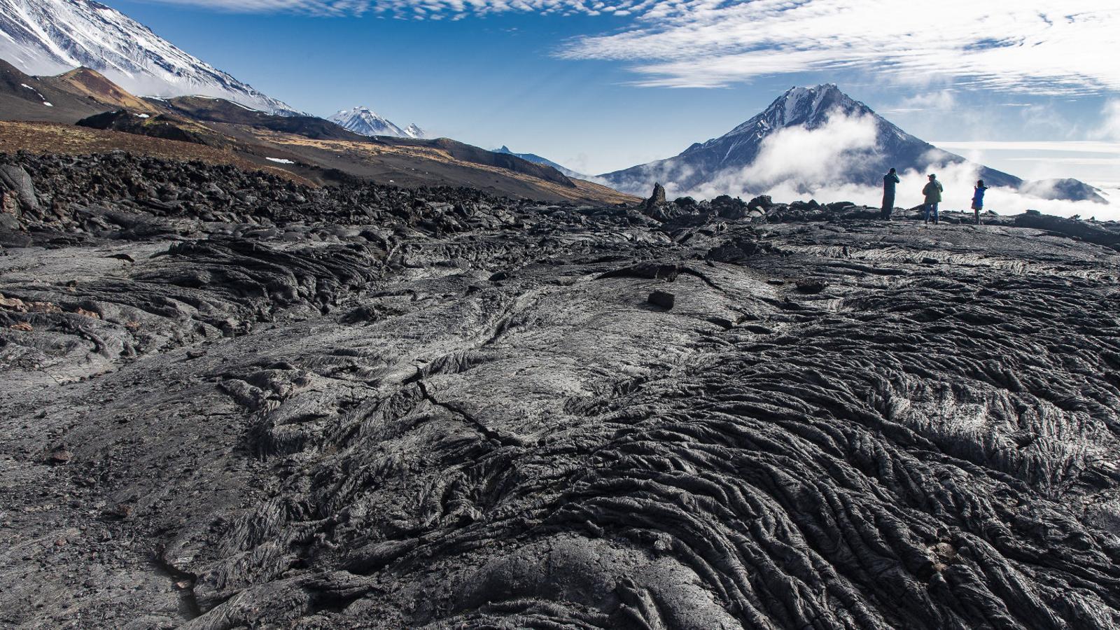Colada de lava a peus del volcà Ostri Tolbàtxik (3.682 m) i el volcà Ziminà de fons