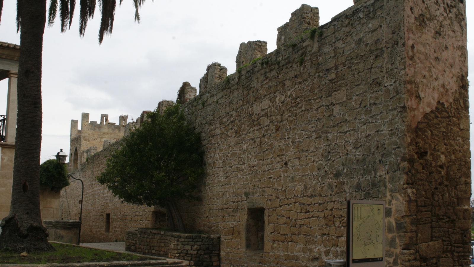 La guia didàctica analitza la configuració dels diferents trams de murades.
