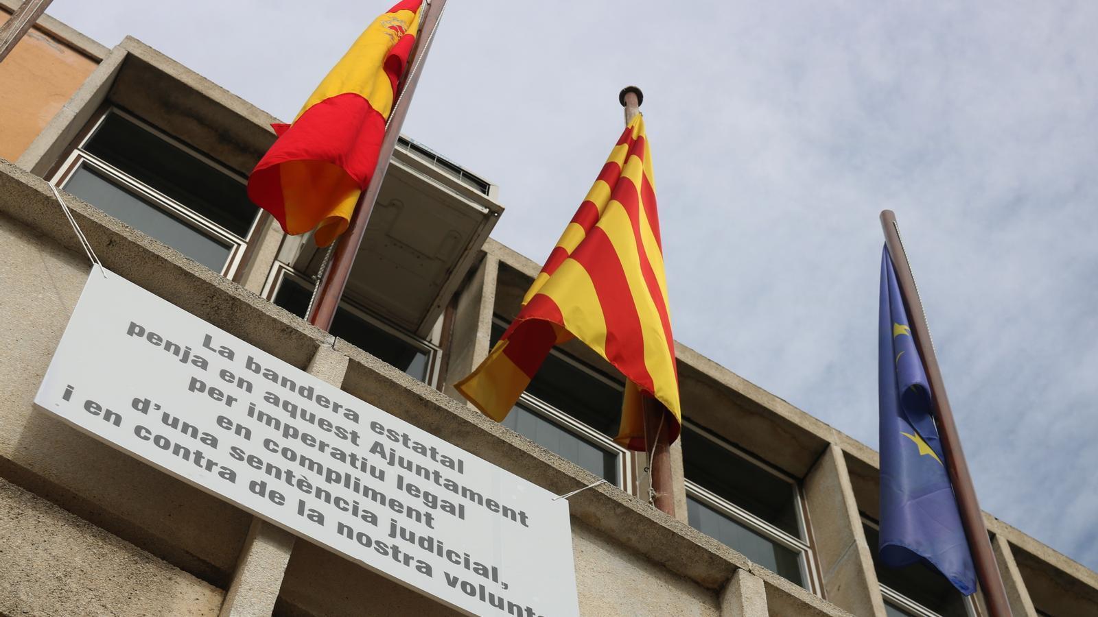 La 'rojigualda' a Santa Coloma de Farners acompanyada d'un cartell on diu que l'Ajuntament s'hi oposa / ACN