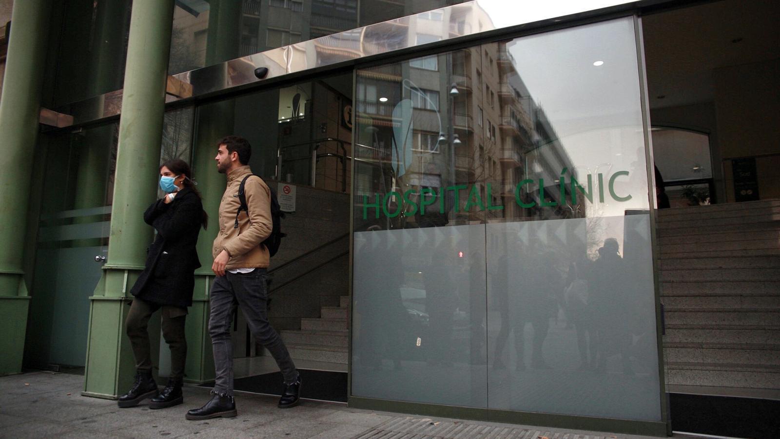 La porta de l'Hospital Clínic de Barcelona, aquesta tarda