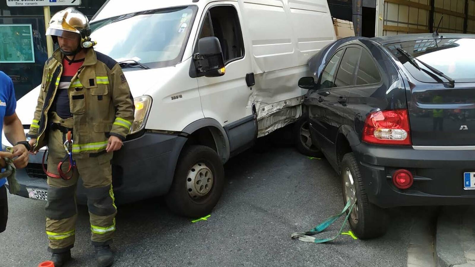Estat en què han quedat els dos vehicles. / M. R. F. (ANA)