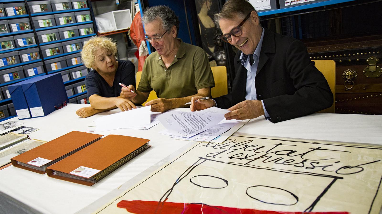 01. La directora de l'Institut del Teatre, Magda Puyo, amb Ferran Rañé i Andreu Solsona 02. Tres Joglars detinguts com a autors de La torna.