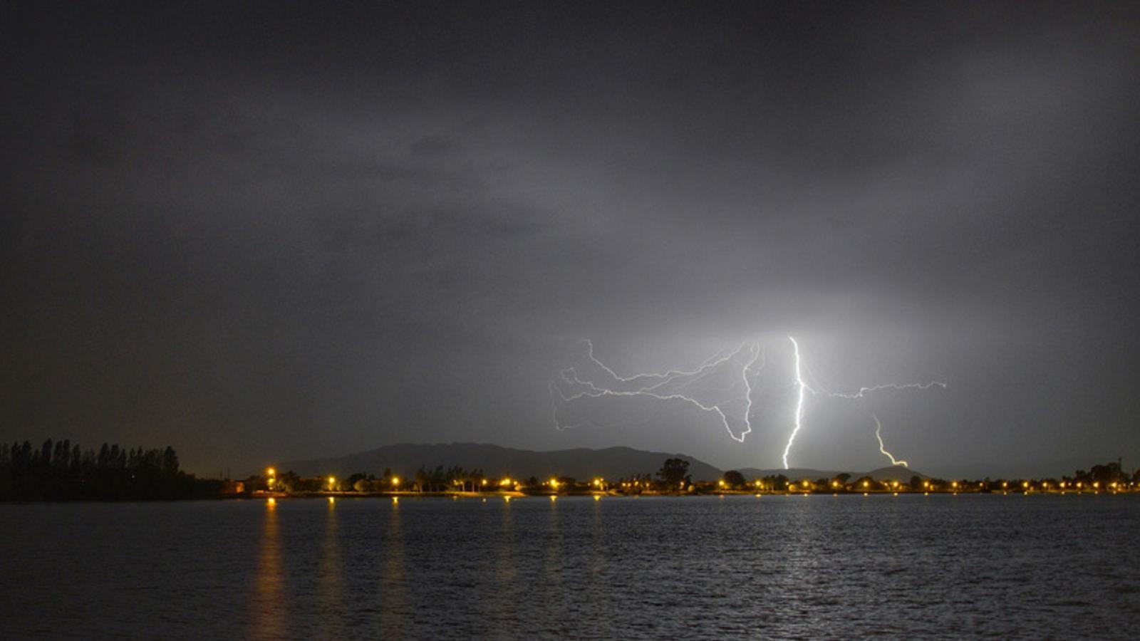 La tempesta que afectava el nord del País Vlencià aquesta nit, des de Deltebre