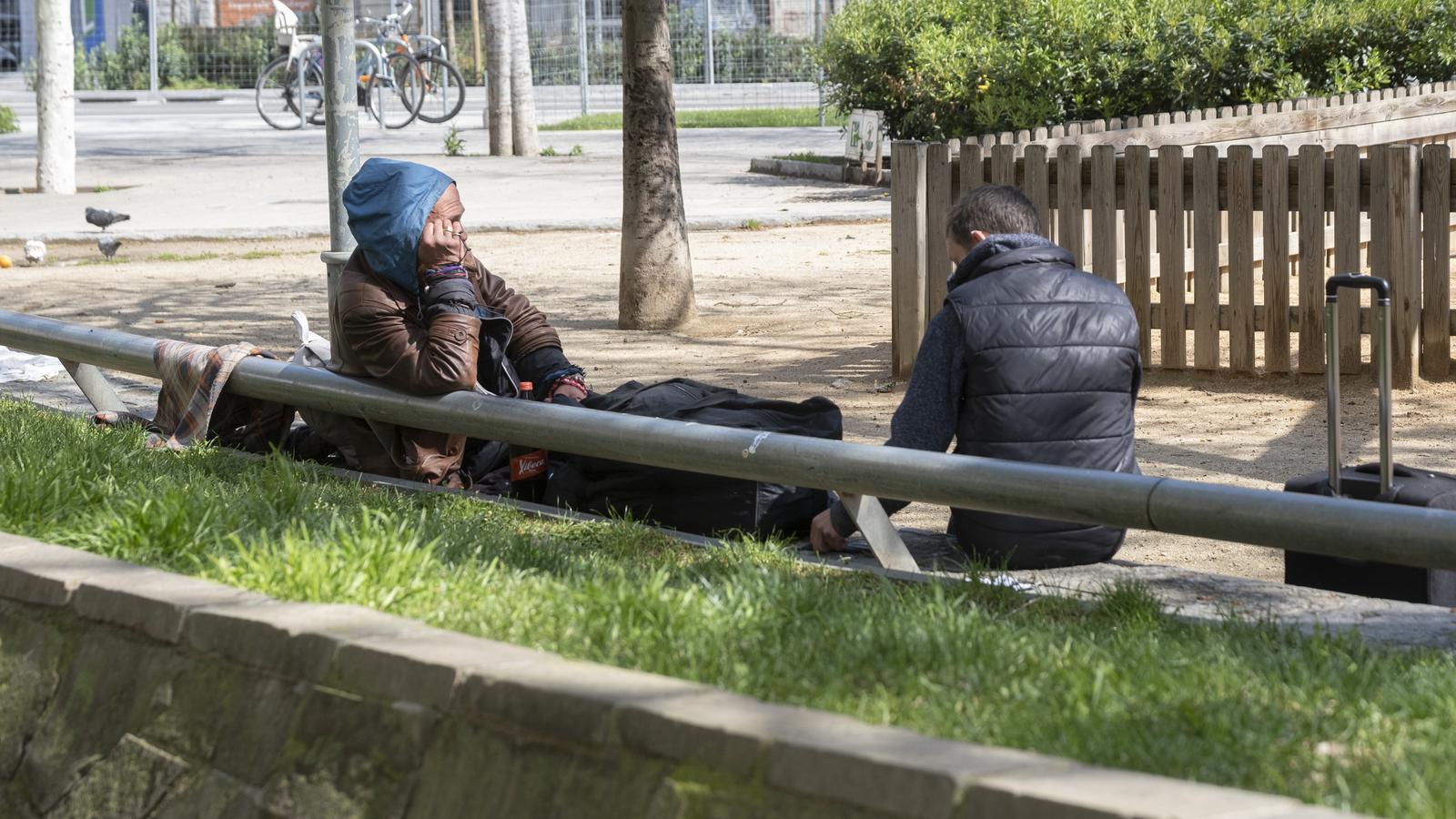 Unes persones sense llar al carrer durant el confinament