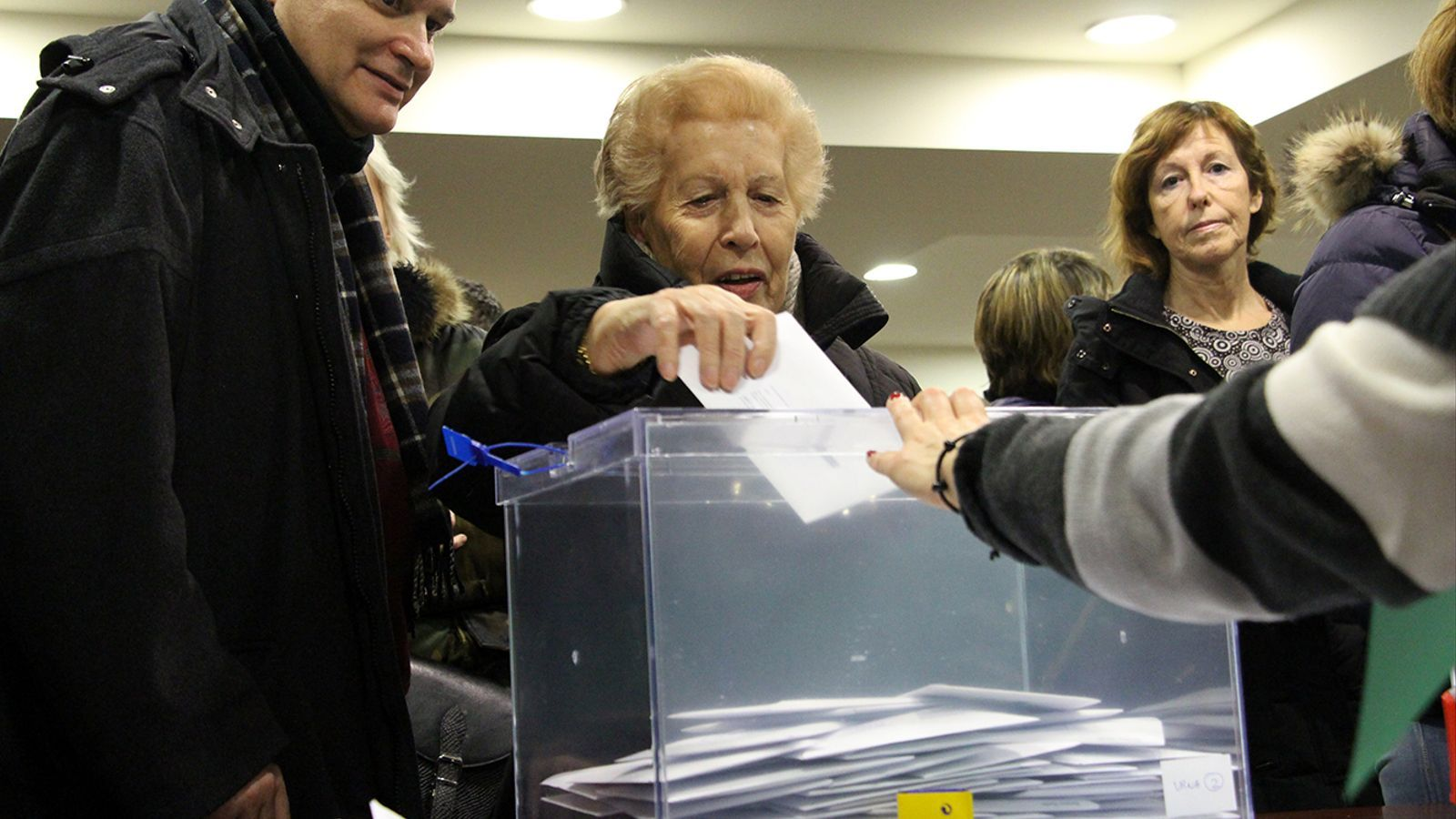 Els residents catalans exerceixen el dret a vot al consolat espanyol. / M. M. (ANA)
