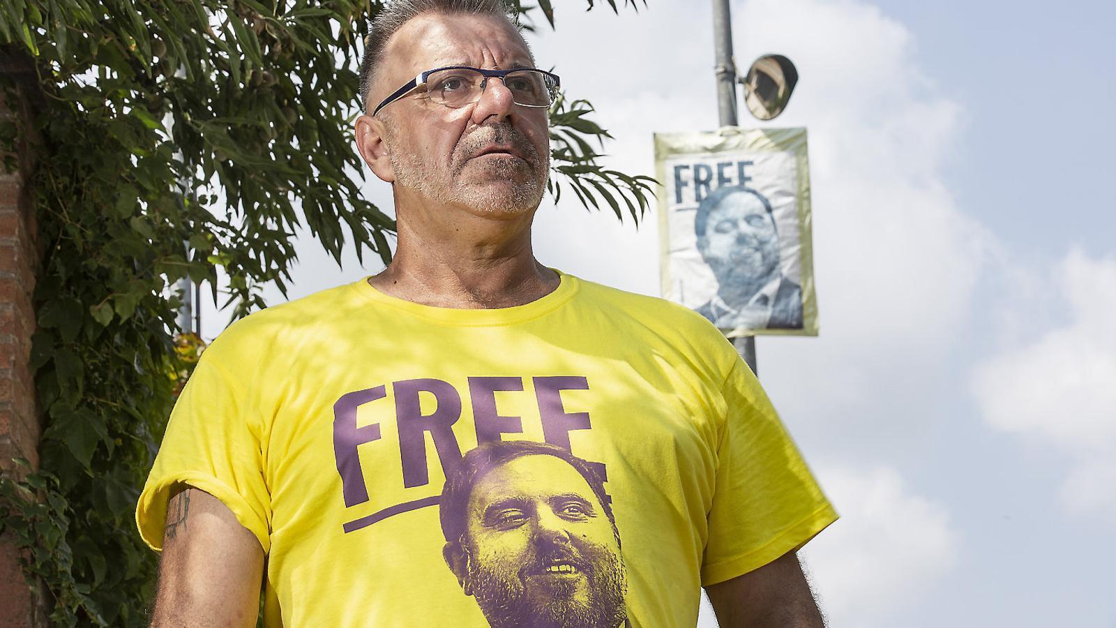 Calero, davant de la casa de Junqueras, on hi ha un cartell per reclamar la seva llibertat a petició del fill del president d'ERC.