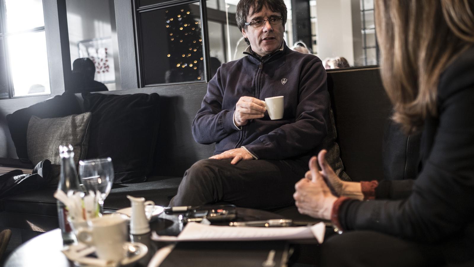 Carles Puigdemont, durant l'entrevista / XAVIER BERTRAL