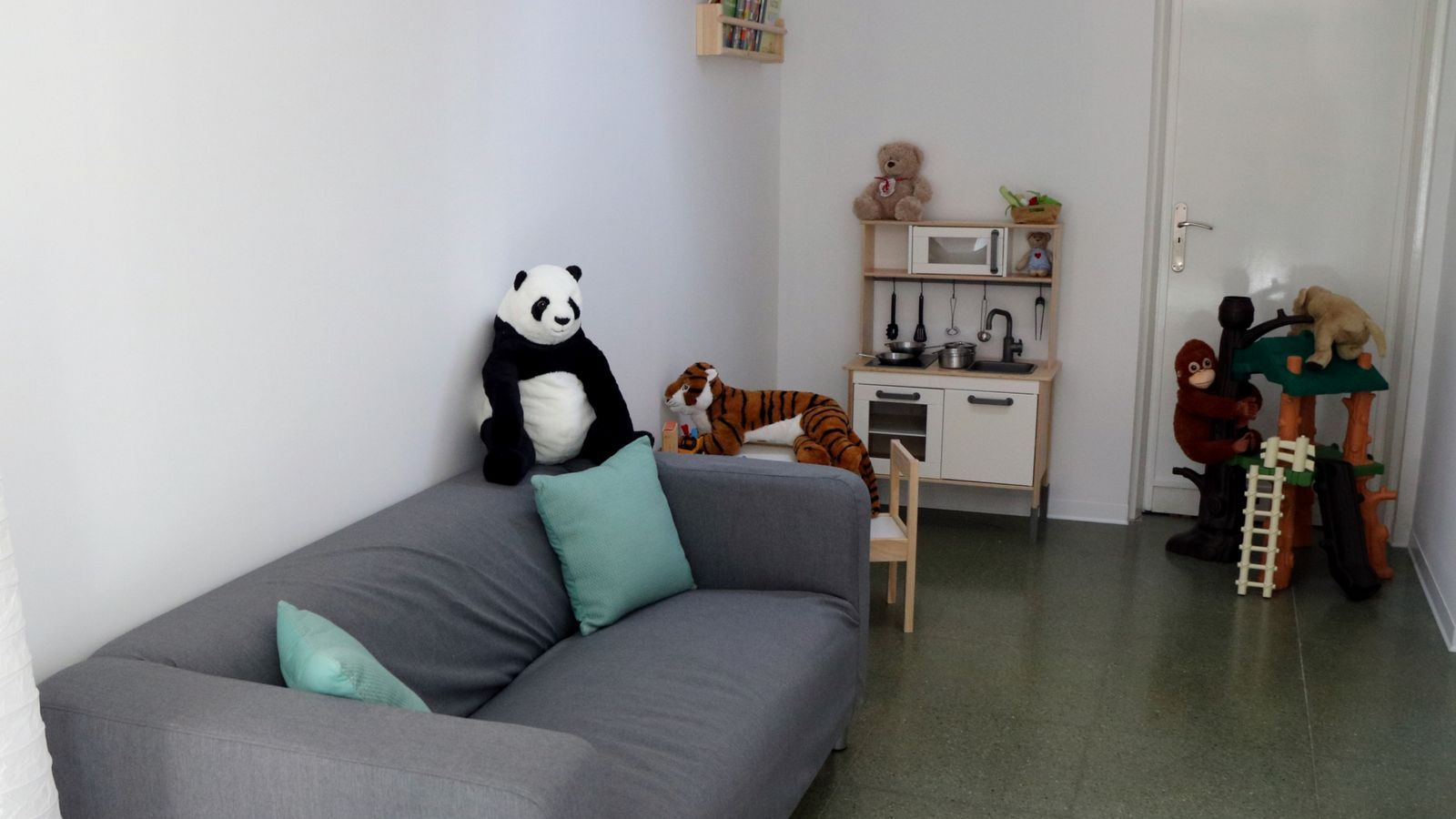 Espai de recepció amb sofà, peluixos i joguines a la nova unitat a Tarragona d'atenció a infants i adolescents víctimes d'abusos sexuals