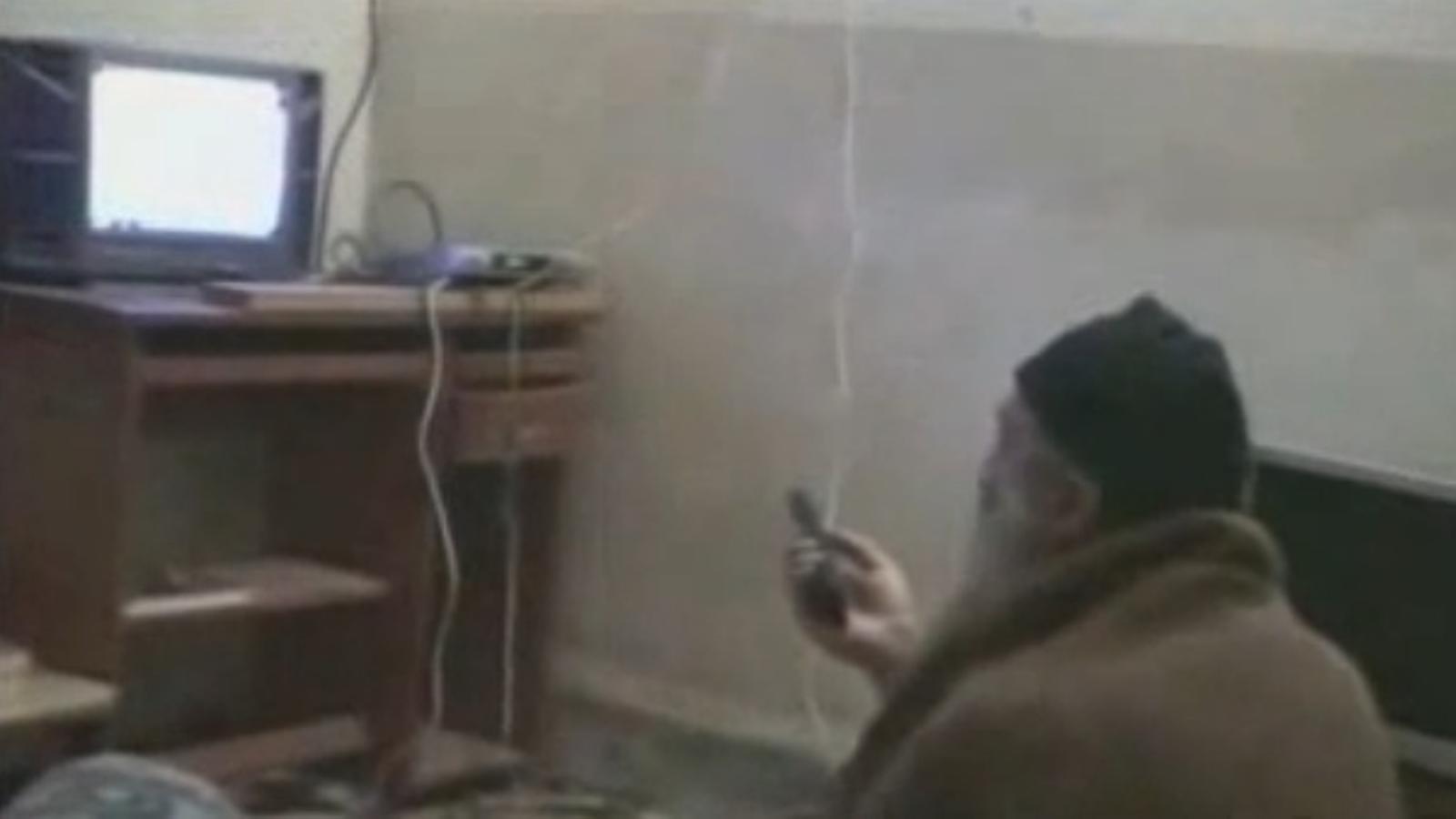 Bin Laden mira a la TV vídeos on apareix ell mateix