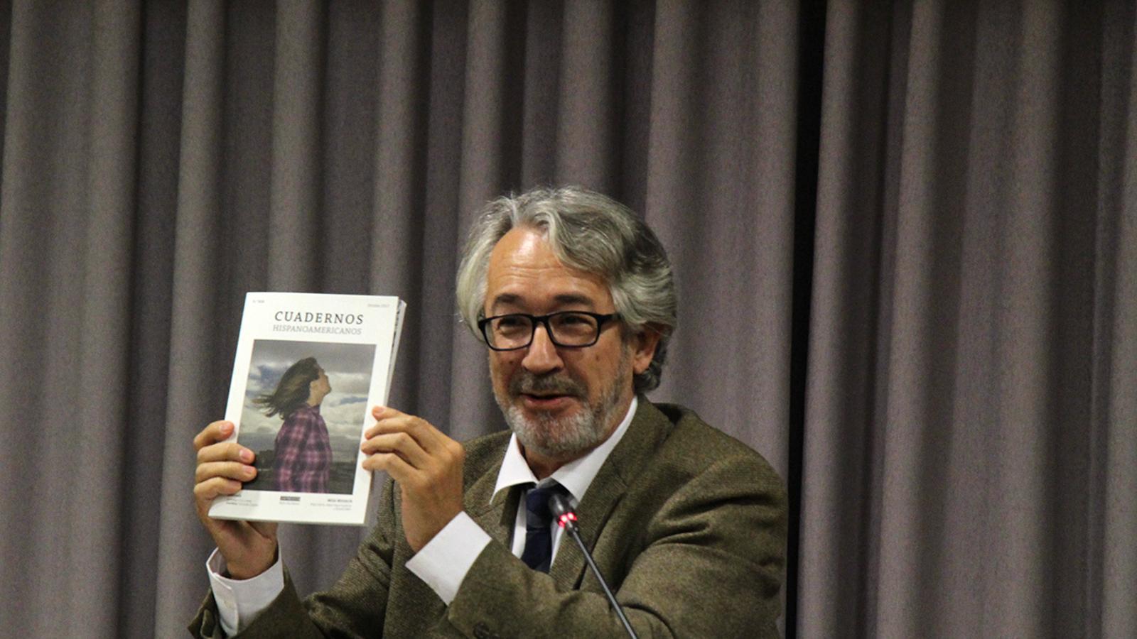 El director de la revista Cuadernos Hispanoamericanos, Juan Malpartida, sosté un dels exemplars de la revista. / M. M. (ANA)