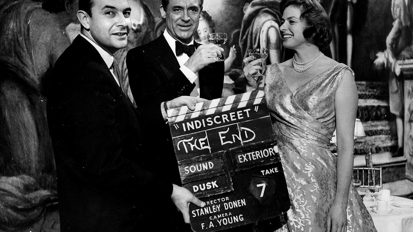 Stanley Donen amb Cary Grant i Ingrid Bergman en el rodatge de la pel·lícula Indiscreta el 1958.