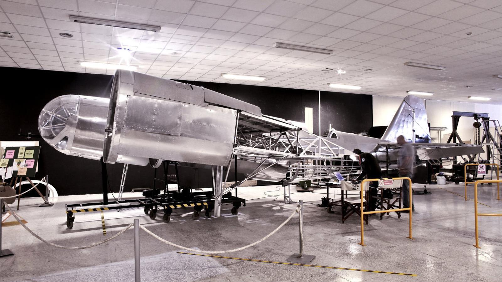 Al Centre de l'Aviació Històrica, que gestiona José Ramón Bellaubí, és fascinant veure com treballa en el Tupólev SB, Katiuska, un avió d'alumini polit i brillant que sembla ben bé una obra d'art.