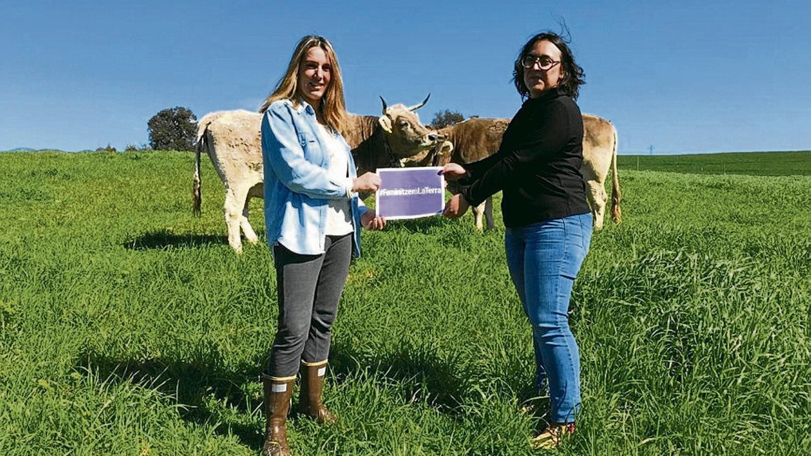 L'Ingrid Melero (a la dreta) i la Montse Cardona estan unides per l'amistat i el compromís. A la imatge, les dues amigues reivindicant un món rural més femení.