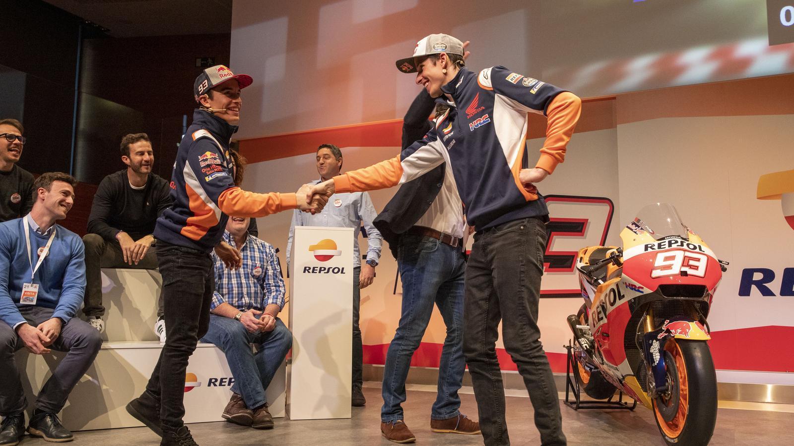 Marc i Àlex Márquez, durant l'acte a la seu de Repsol, a Madrid
