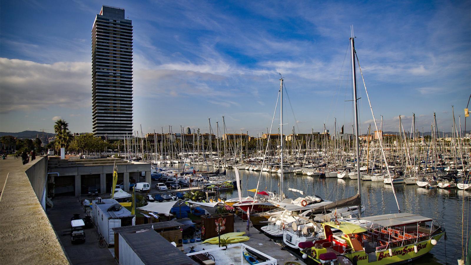 01. Les embarcacions surten cada dijous i divendres del Port Olímpic de Barcelona. 02. La barra plena de begudes a l'interior del booze cruise.