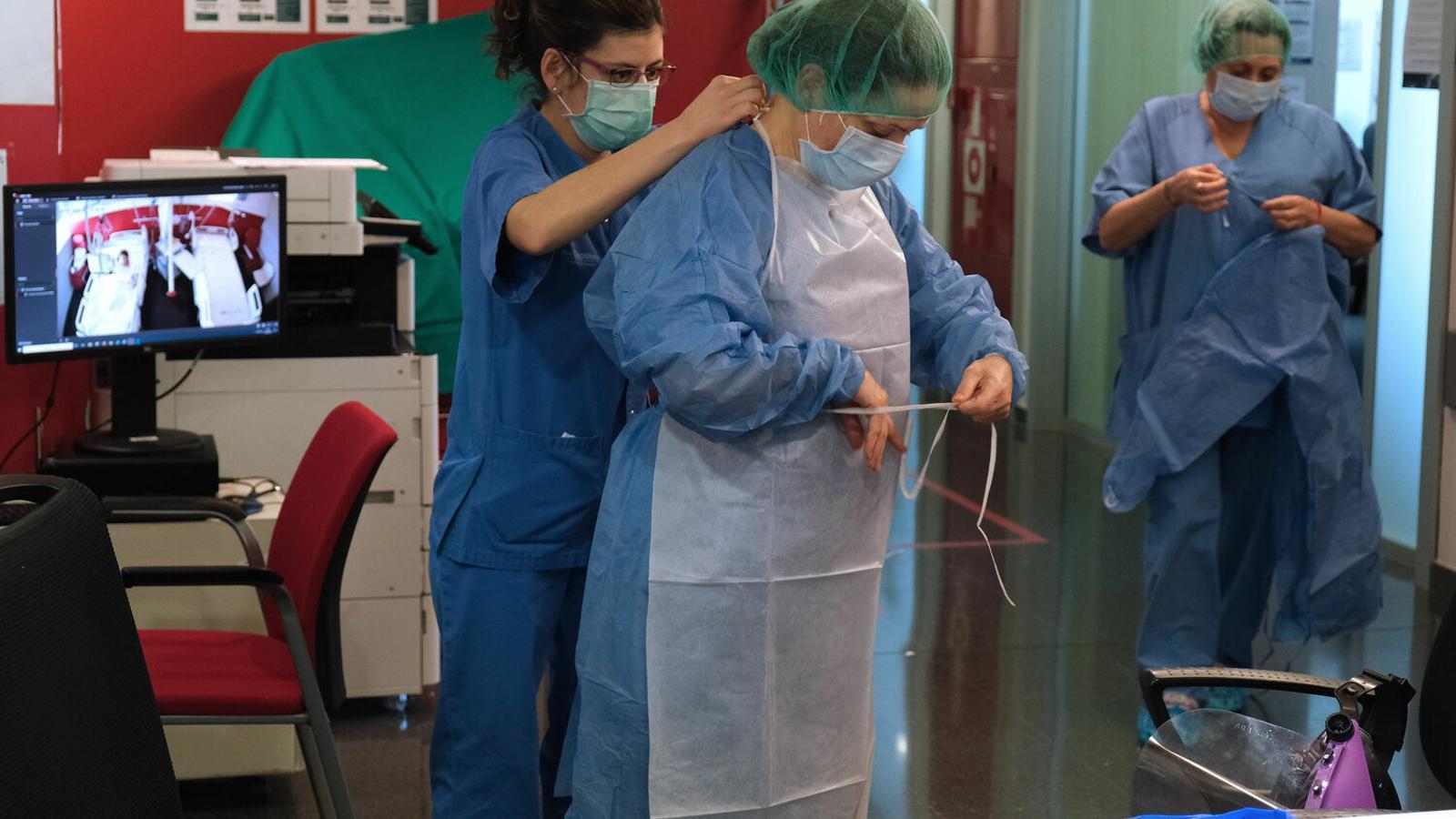 Sanitaris que treballen a la planta de contagiats per coronavirus de l'hospital de Son Espases. / ISAAC BUJ