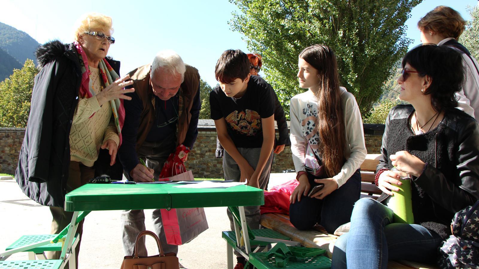 Els joves han estat recollint signatures davant la pèrdua del Prat Gran. / M. P.