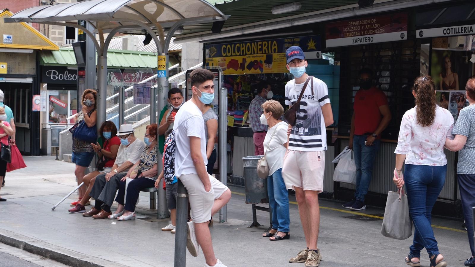 Dos joves amb mascareta al barri de Collbanc de l'Hospitalet de Llobregat