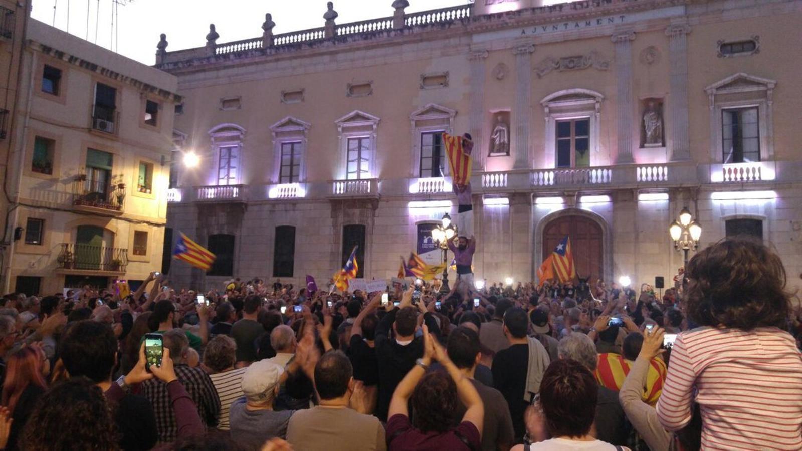 La Colla Jove de Tarragona celebra la República Catalana alçant pilars
