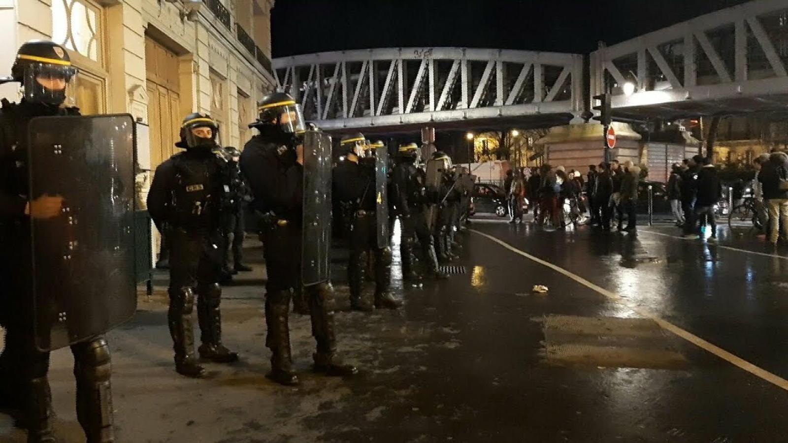 Evacuen Macron d'un teatre de París després que un grup d''armilles grogues' intentés entrar-hi per protestar contra el president francès