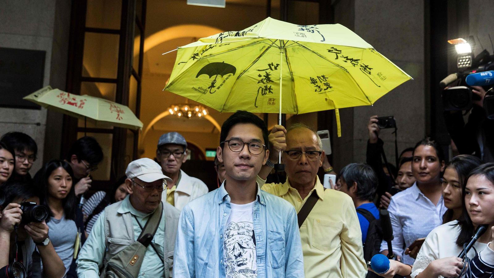 Nathan Law, sota un paraigua groc, símbol de la revolta pro democràcia, en una imatge del 2017