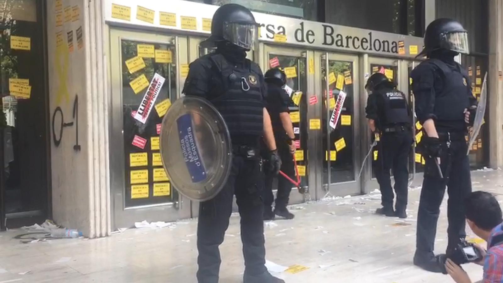 """Els antiavalots tallen les cadenes de la porta de la Borsa entre crits de """"els Mossos també són forces d'ocupació"""""""