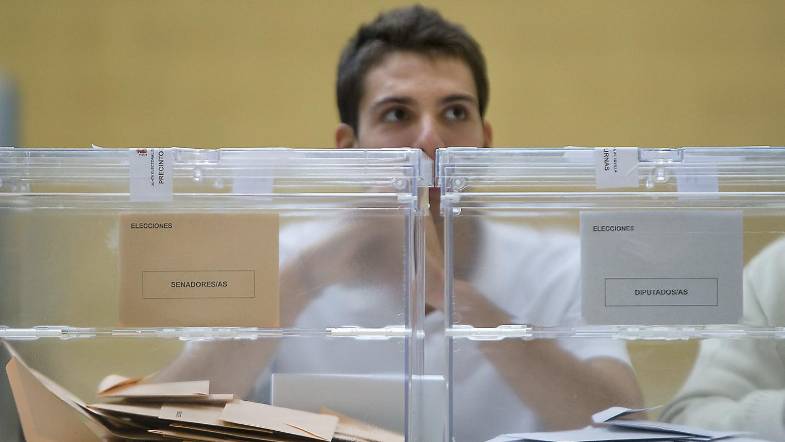 Andalusia disposa de les seves pròpies urnes des de l'any 2000. A la imatge, una mesa electoral a Sevilla durant unes eleccions espanyoles.