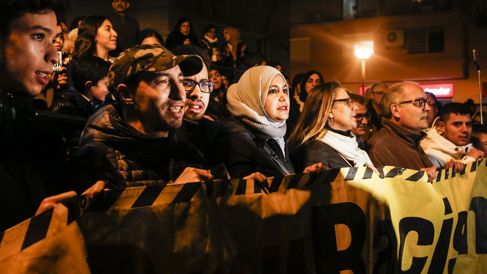 Un centenar de persones es manifesten contra l'agressió racista