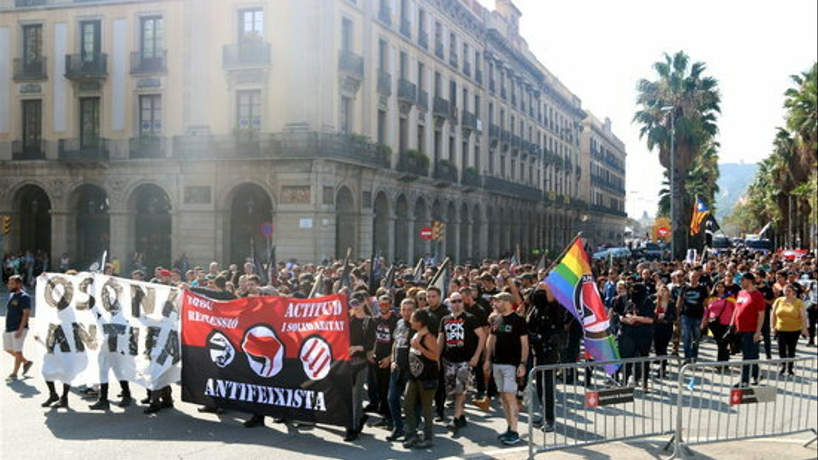 Manifestants antifeixistes al centre de Barcelona