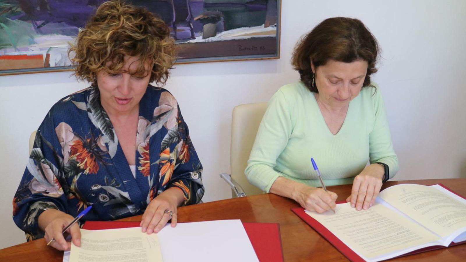 La batlessa, Xisca Mora, i la consellera Fina Santiago signant el conveni.
