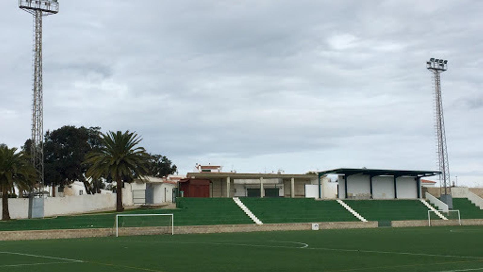 El camp municipal de futbol d'Es Migjorn escenifica les discrepàncies entre ajuntament i Consell.