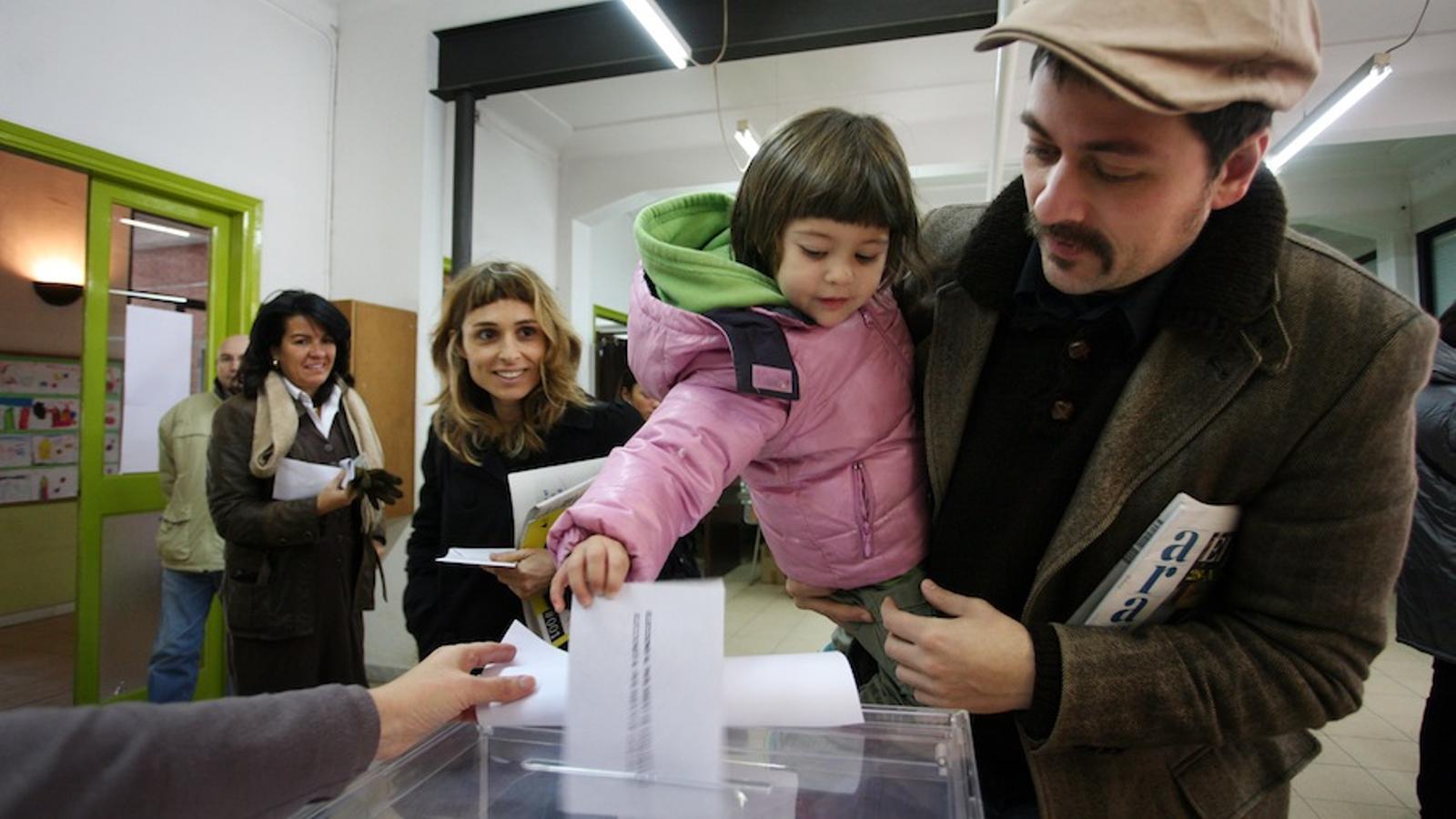 Una nena dipositant el vot del seu pare en les eleccions al Parlament / CÈLIA ATSET