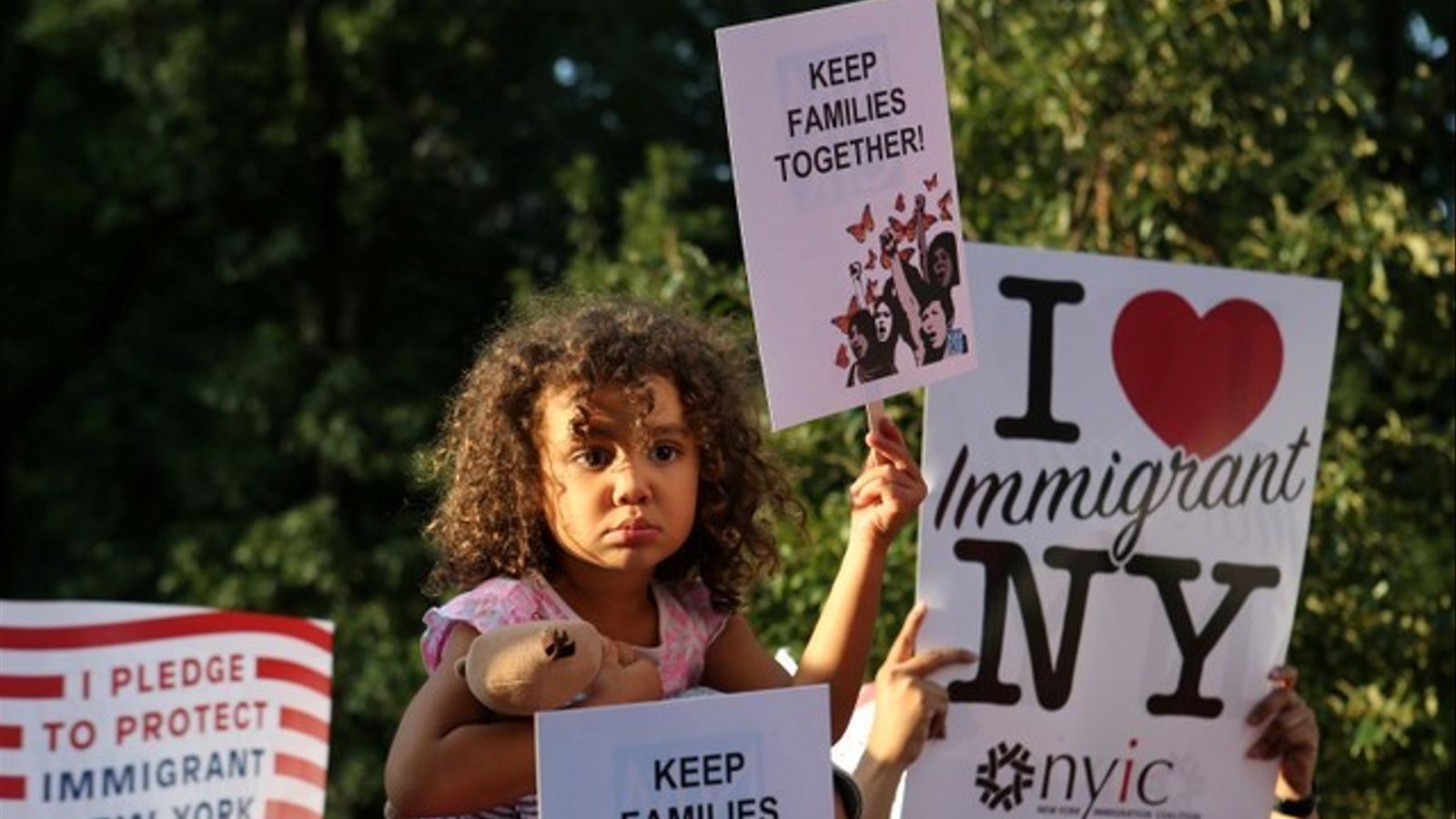 Una nena protesta per la decisió del govern nord-americà de separar les famílies migrants.