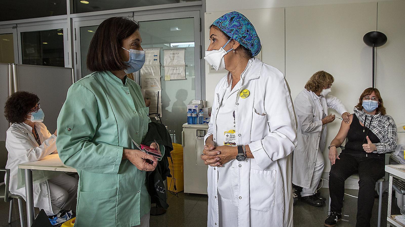 Núria Guàrdia, amb el casquet blau, supervisant el punt de vacunació de l'Hospital de Sant Pau.