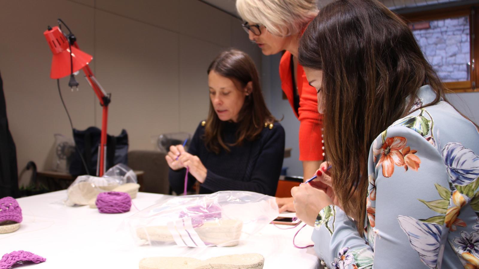 Un moment del taller monogràfic de sandàlies dut a terme aquest dimarts a Encamp. / M. P. (ANA)