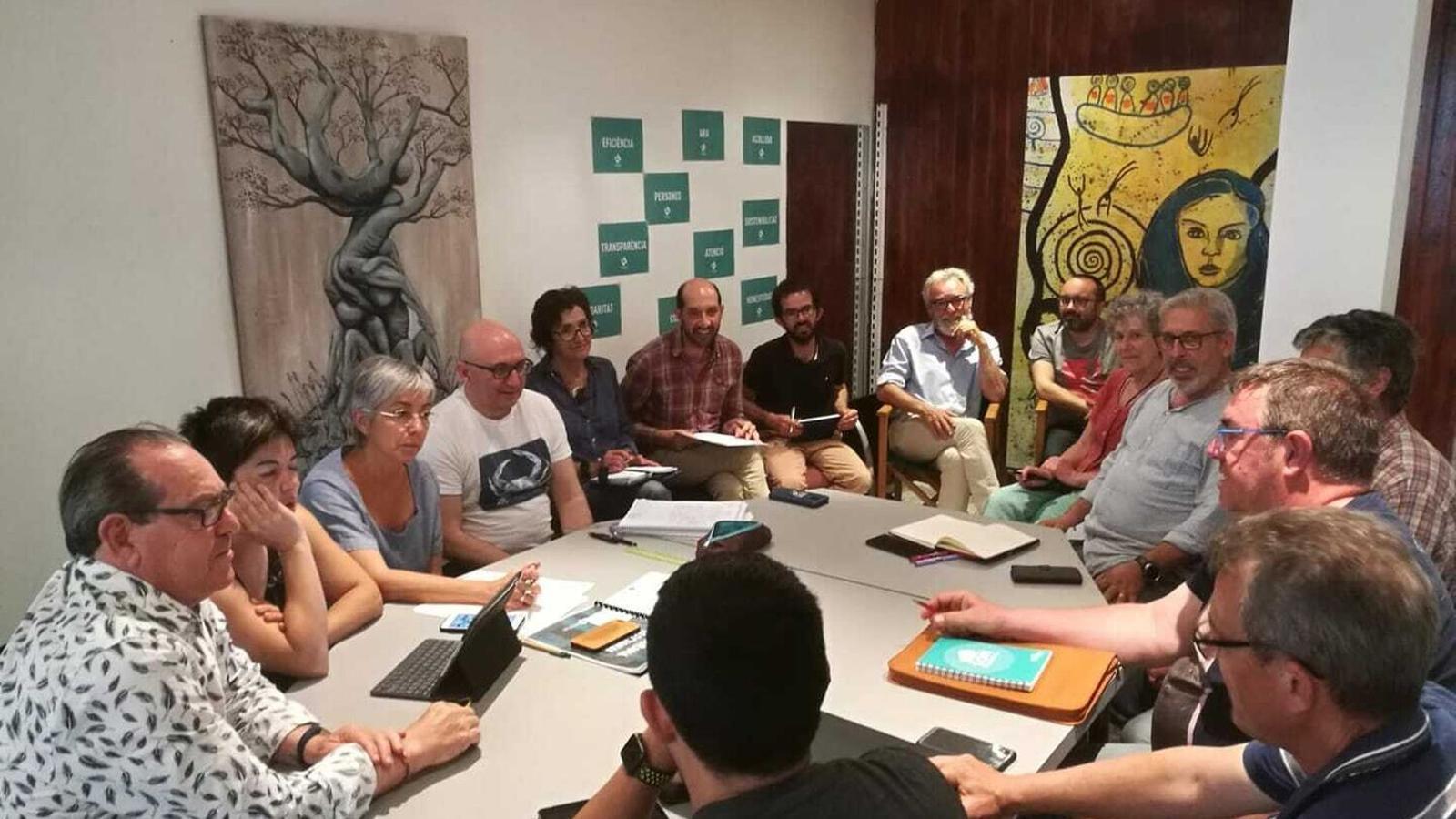 Els representants de totes les agrupacions d'electors a l'illa s'han unit per a reivindicar el municipalisme.