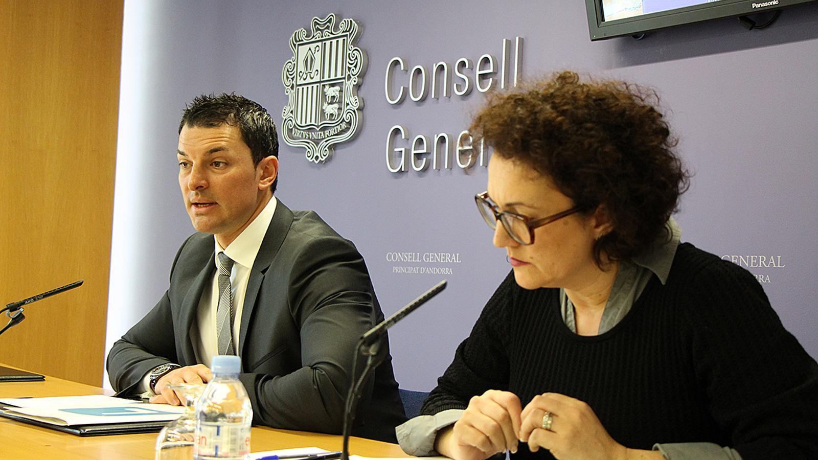 El president el grup liberal, Jordi Gallardo, i la consellera liberal, Judith Pallarés, durant la roda de premsa. / M. M.
