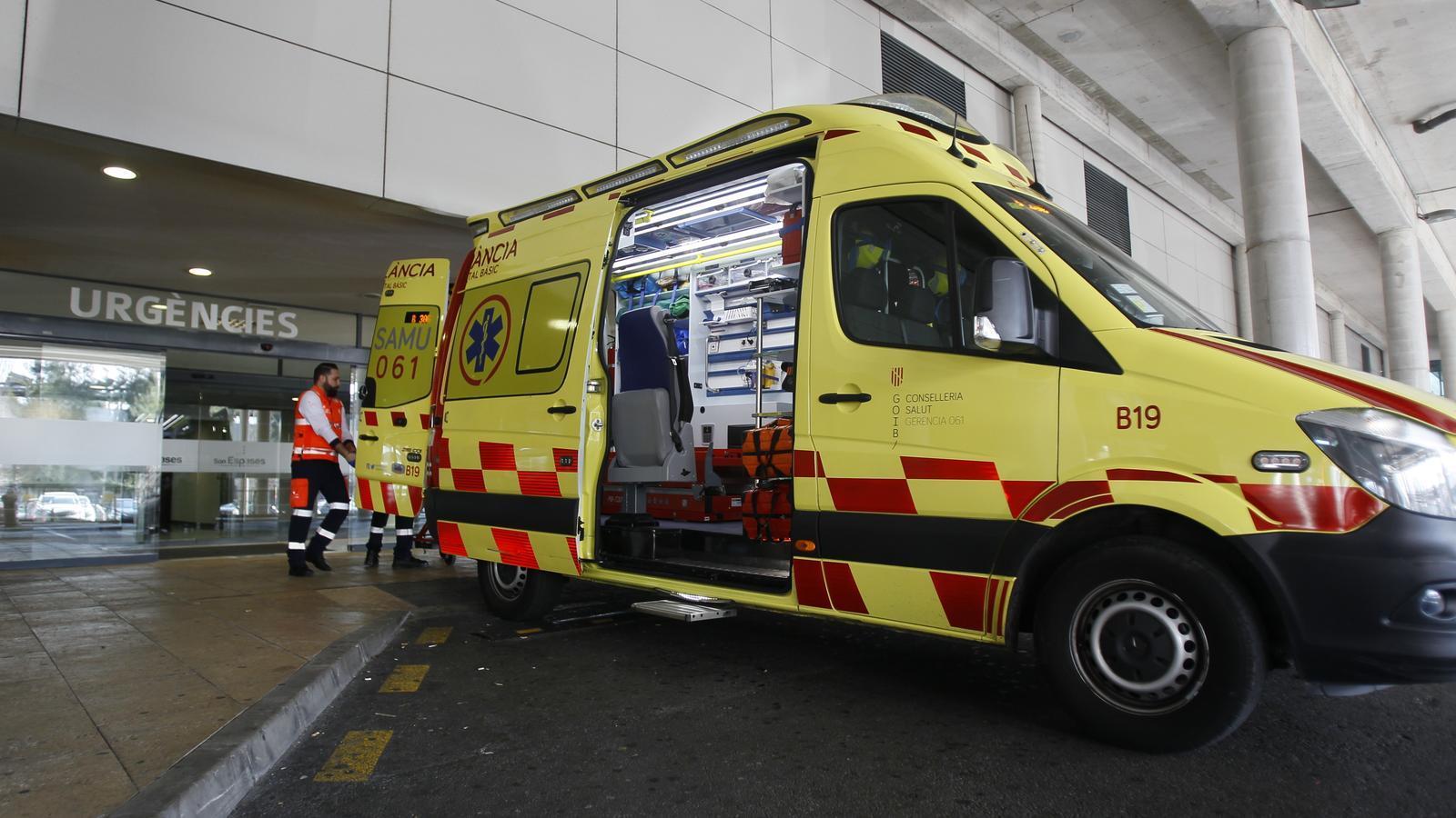 Una ambulància del SAMU a la zona d'urgències de l'Hospital de Son Espases.