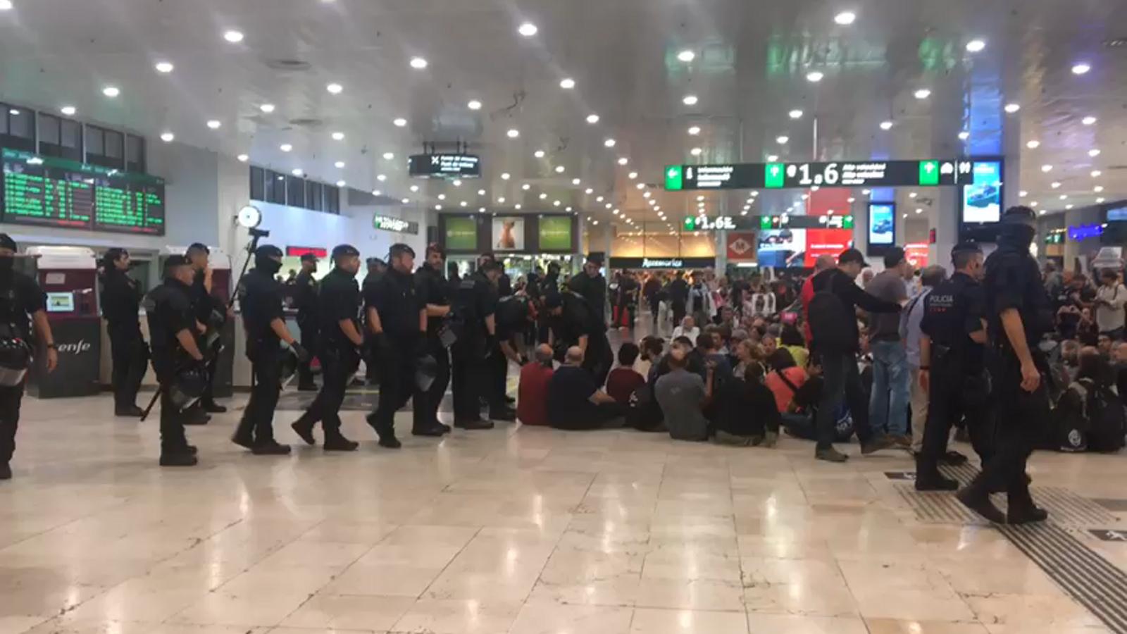 Els agents desallotgen els manifestants a l'Estació de Sants