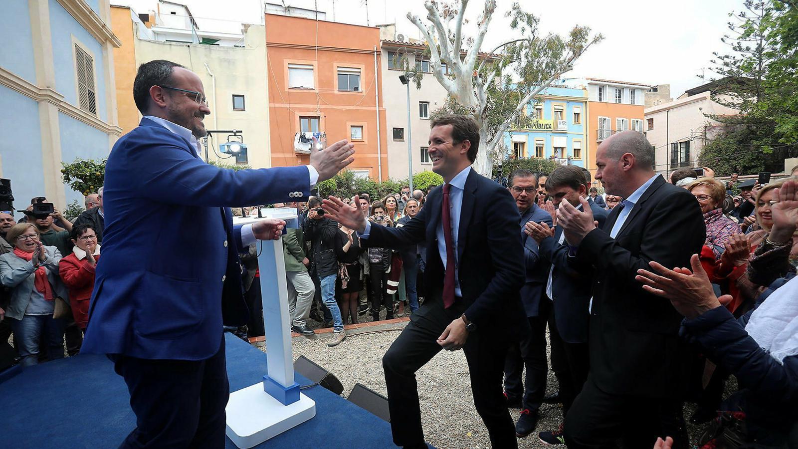 El líder del PP, Pablo Casado, saluda Alejandro Fernández aquest divendres a Tarragona.
