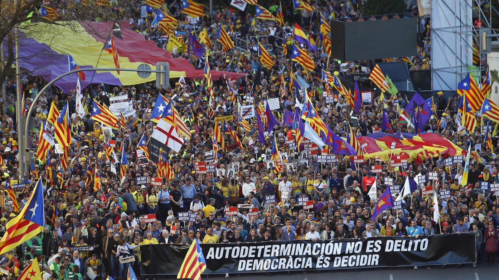 Capçalera de la manifestació d'ahir a Madrid, amb representants de la societat civil al capdavant.