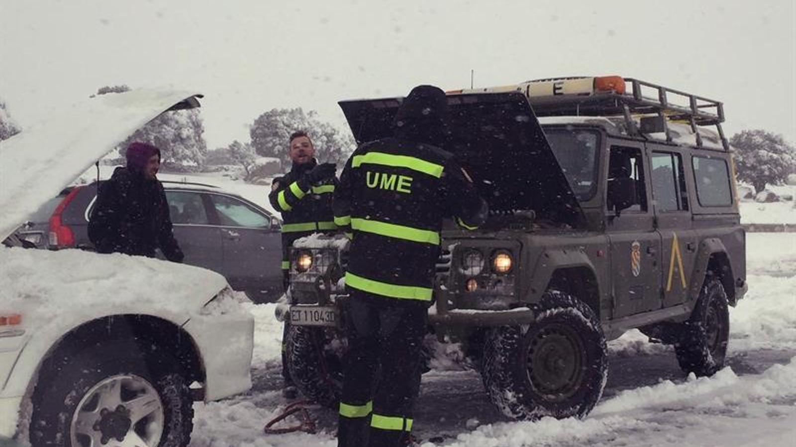 L'exèrcit va tardar 18 hores en rescatar els conductors atrapats per la neu a l'AP-6. EFE